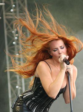 Epica Sängerin Simone Simons singt mezzosopran
