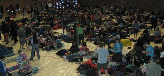 Hauptsache trocken und sicher: Evakuierte Festivalisten nach dem Unwetter 2008